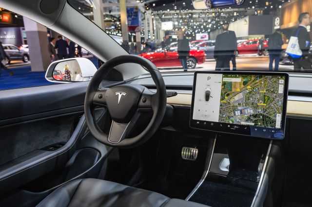 Tesla Mallit